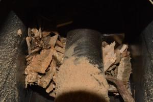 Invoer in de houtverwarmingsketel met een invoervijzel.