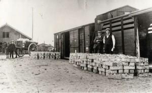 Losplaats station Groesbeek, mandjes met bosbessen gereed voor transport, circa 1920 foto via Heemkundekring Groesbeek uit: Groesbeek in oude ansichten deel 2 (1977)